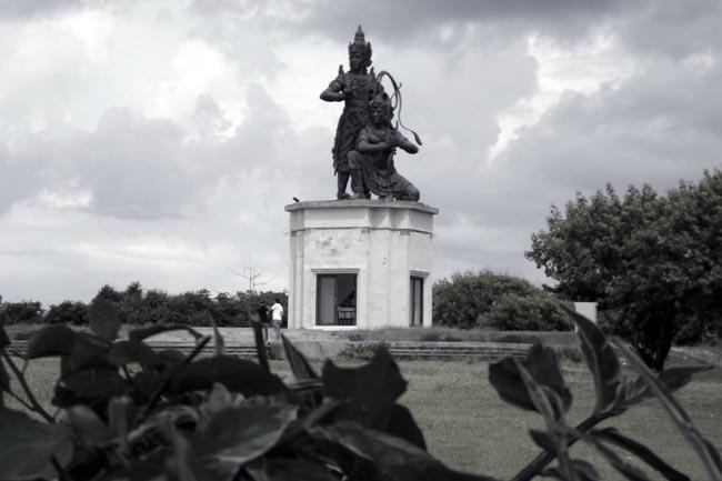 Памятник на поляне в Нуса Дуа