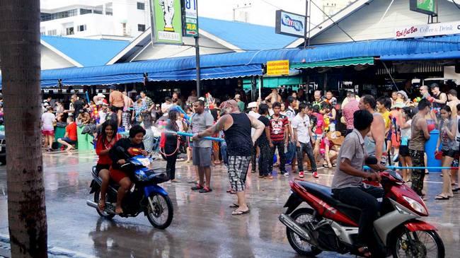 Сонгкран в Таиланде, обливают водой