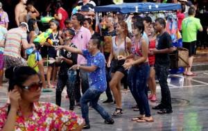 Сонгкран в Таиланде, обливаются водой